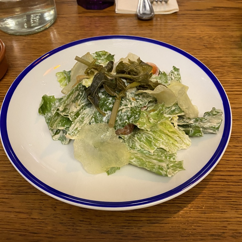 Салат c листьями романо, томатами, побегами каперсов и соусом цезарь