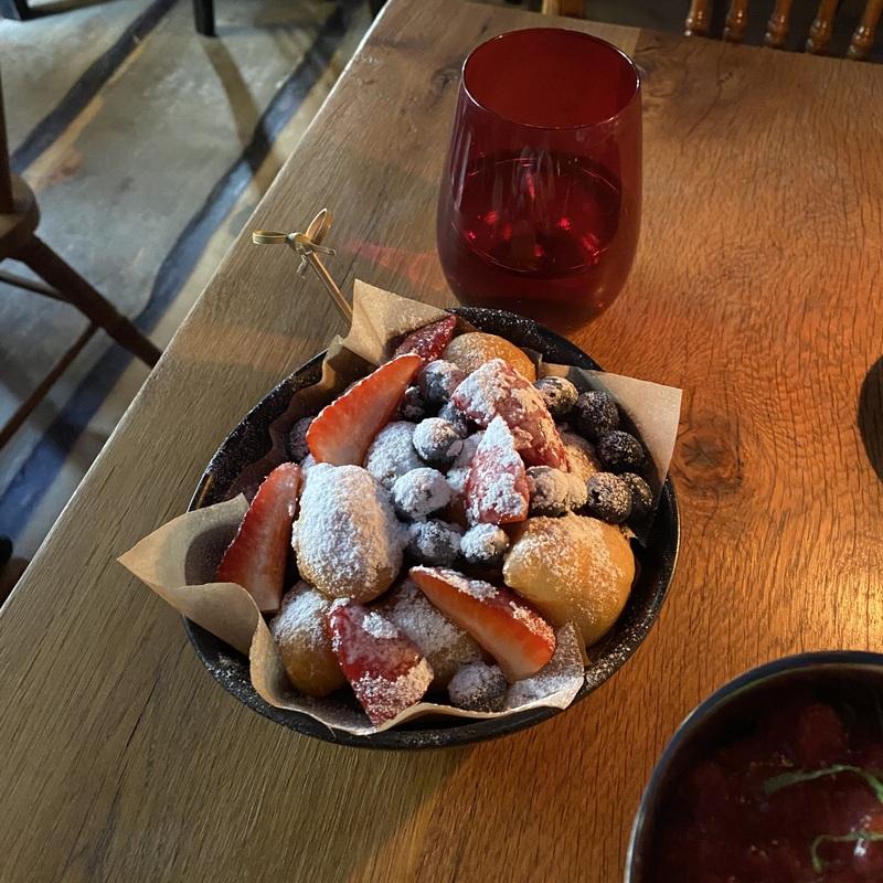 Пончики со свежими ягодами - в меню 600 руб.