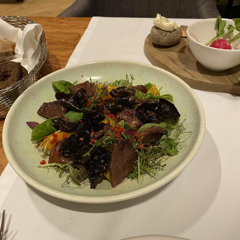 Жареная говядина, перуанское манго и соево-имбирный соус