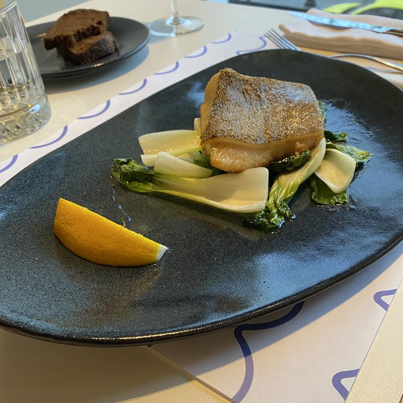Тихоокеанский черный палтус с салатом пак-чой