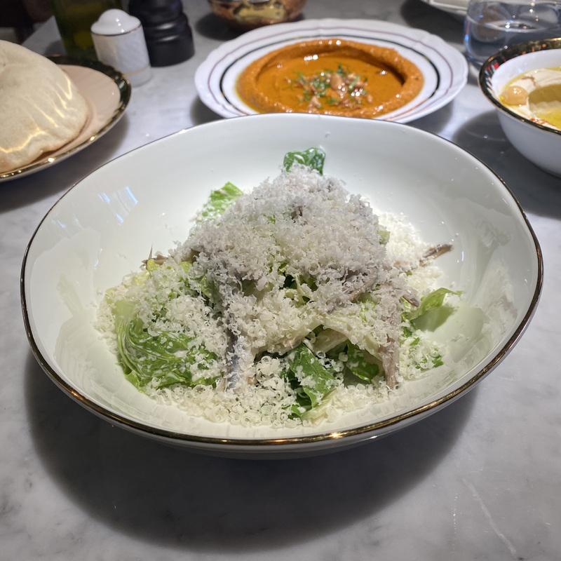 Хрустящий салат с пармезаном, анчоусом и соусом тоннато