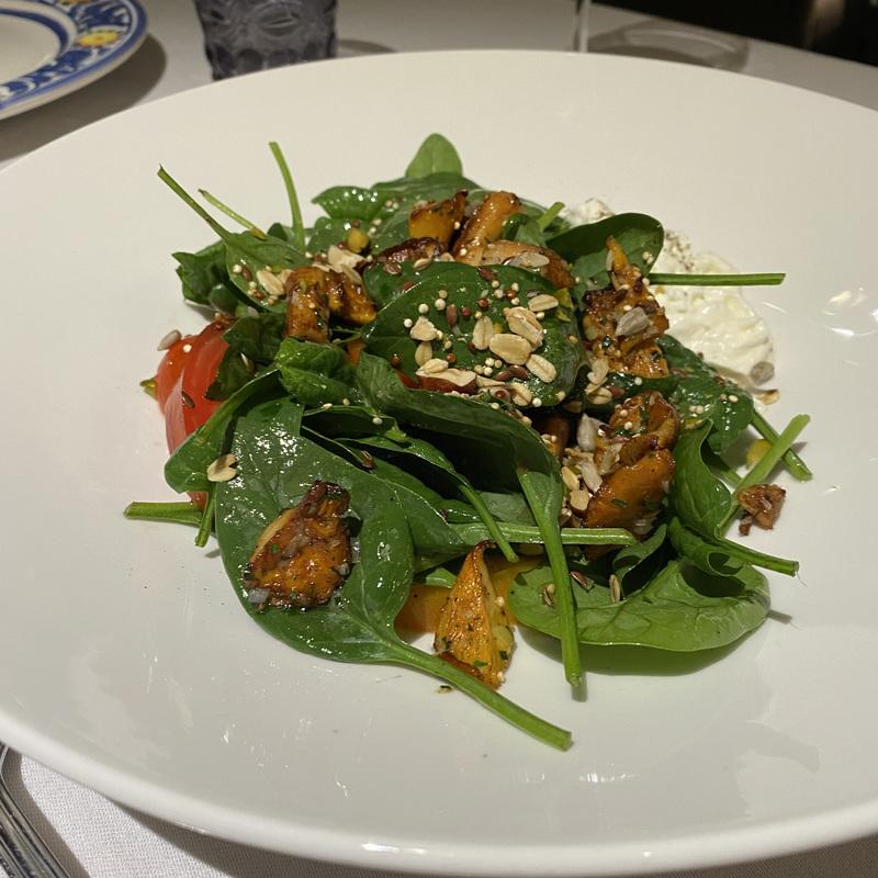 Летний салат с лисичками и страчателлой