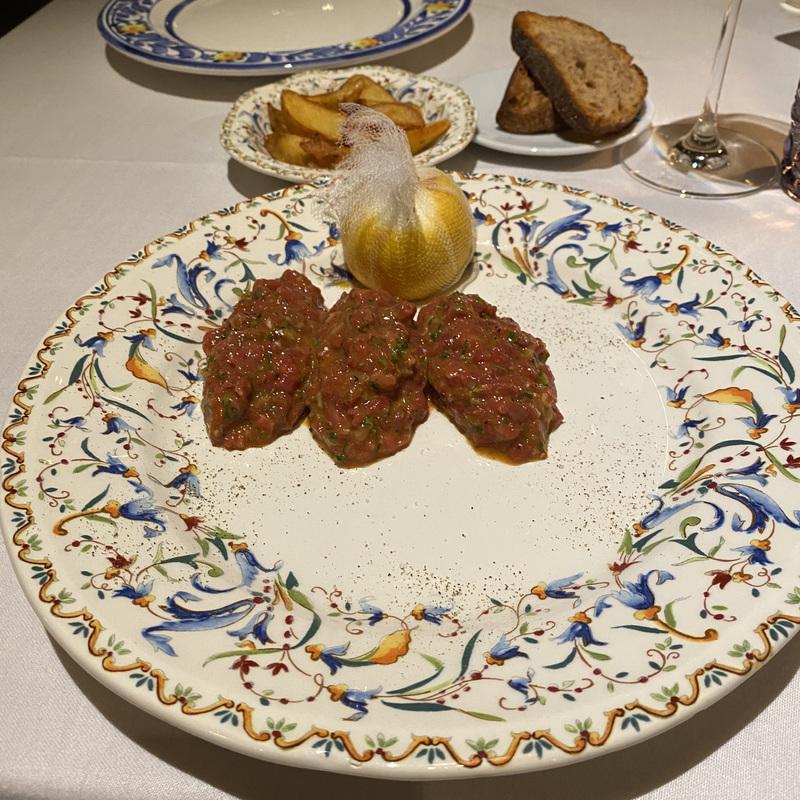 Классический тартар из говядины с картофелем по-деревенски