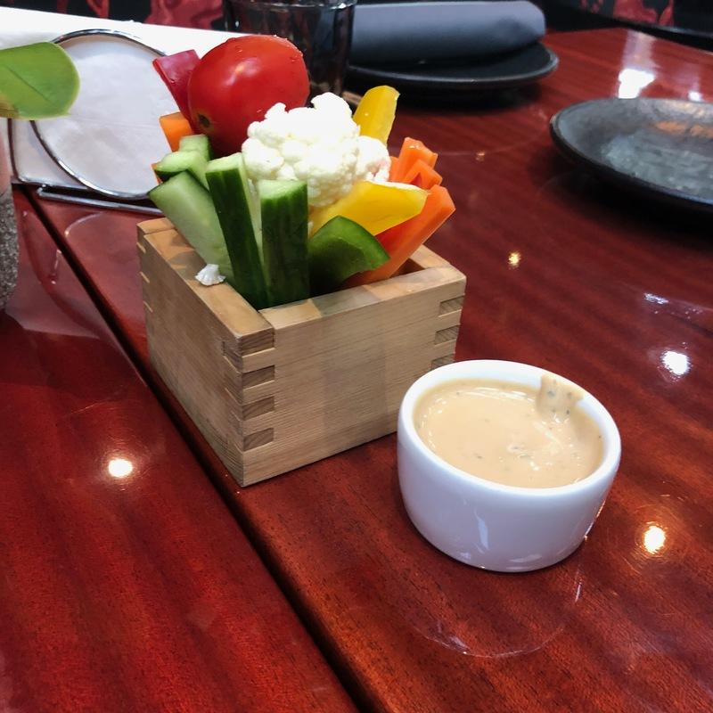 Свежие овощи с домашним соусом айоли