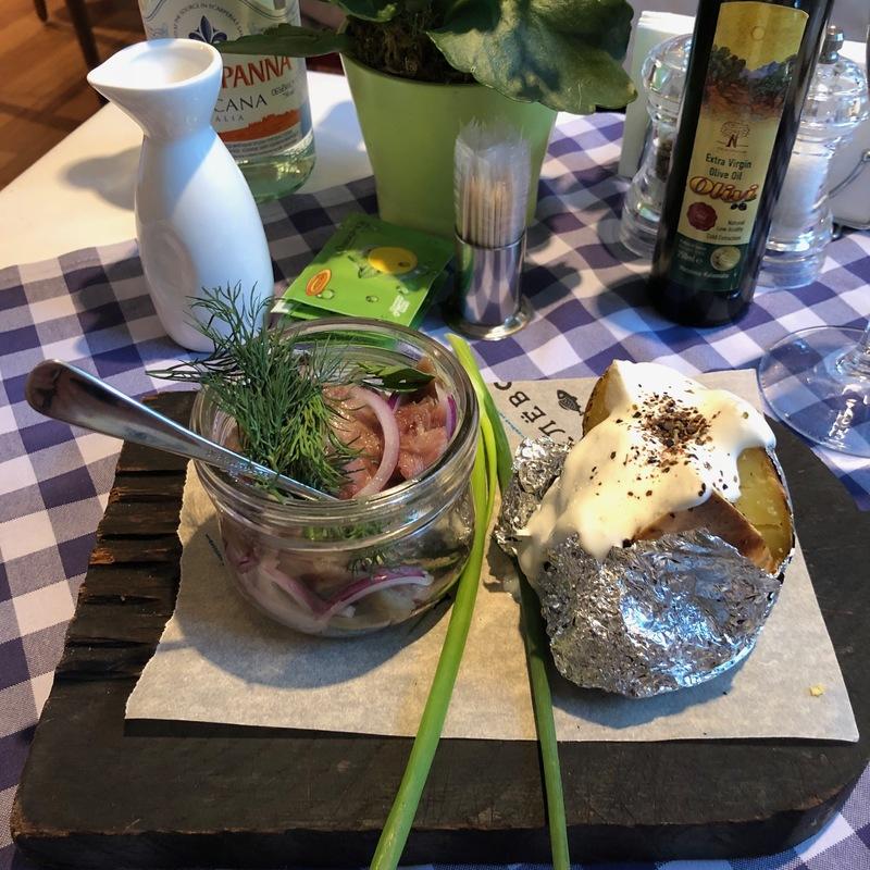 Олюторская сельдь с ялтинским луком и печеным картофелем